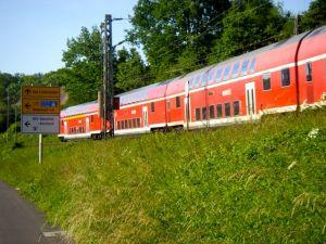 DB-Doppelstockzug im Neckartal