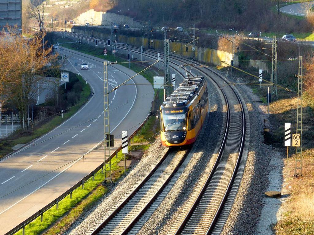 Stadtbahn S42 beim Audi-Werk in Neckarsulm, rechts oben die B27, links unten die NSU-Straße